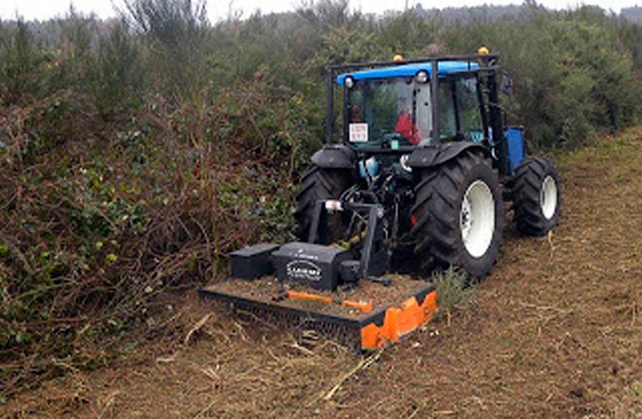 Blazquez Martín Obras Civiles y Medioambientales - Parque Maquinaria - Alquiler Tractor con desbrozadoras